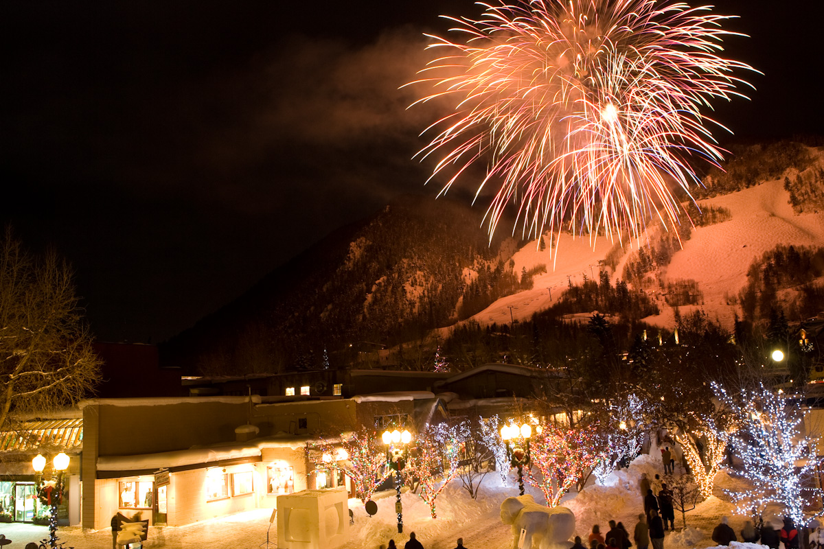 http://aspenchamber.files.wordpress.com/2009/12/winterskolfireworks-2.jpg